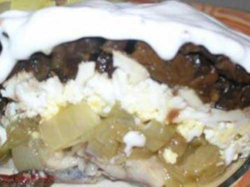 Салат из сушеных грибов с селедкой